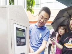 南宁市首个智慧灯杆正式启用 可照明上网还可充电